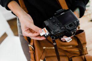 Chica sostiene cámara profesional