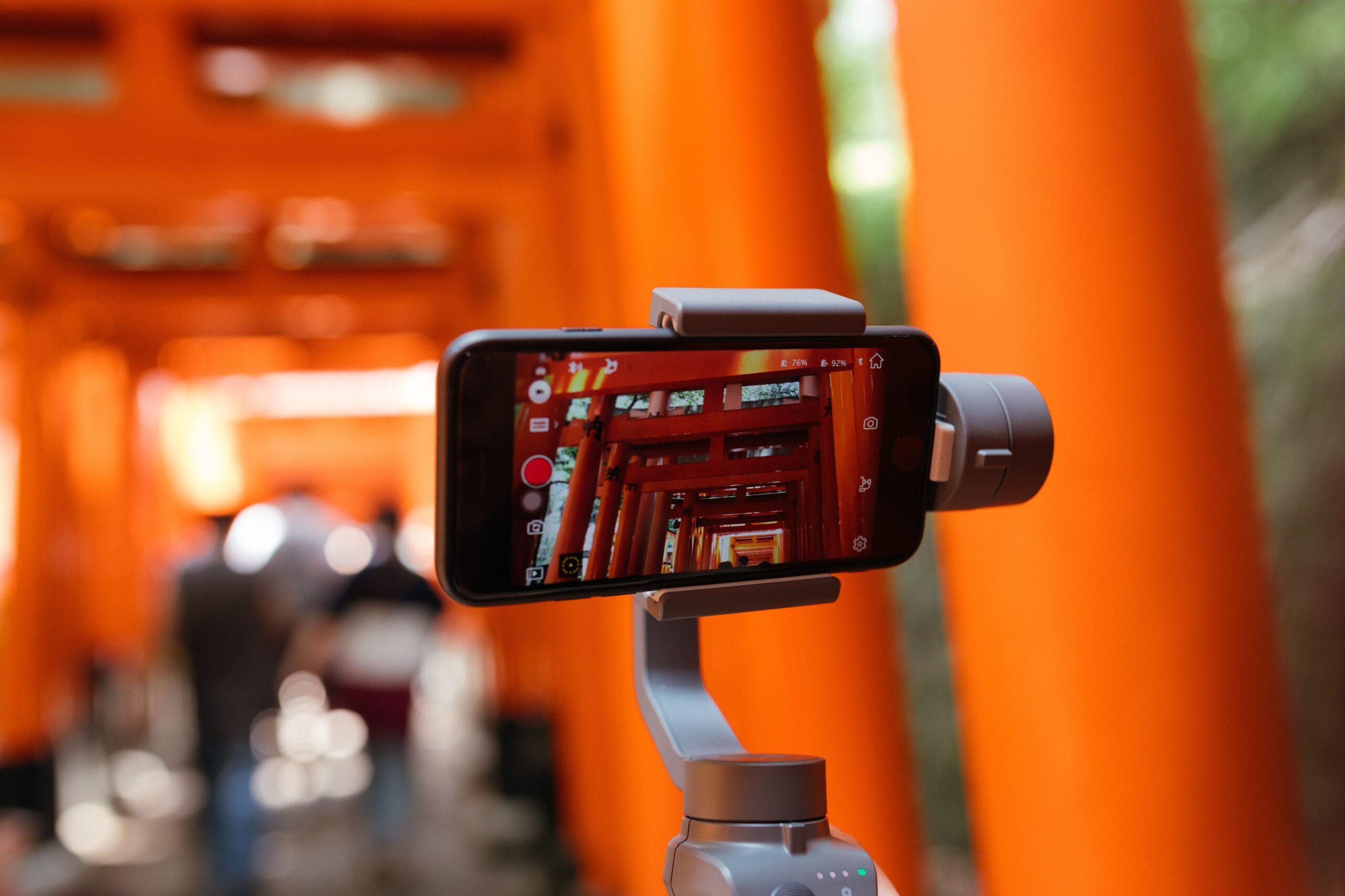 Móvil grabando video iphone en selfie stick