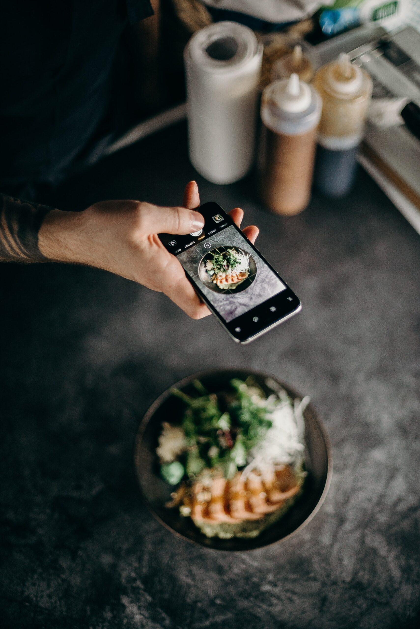 Tomando foto de comida para Instagram