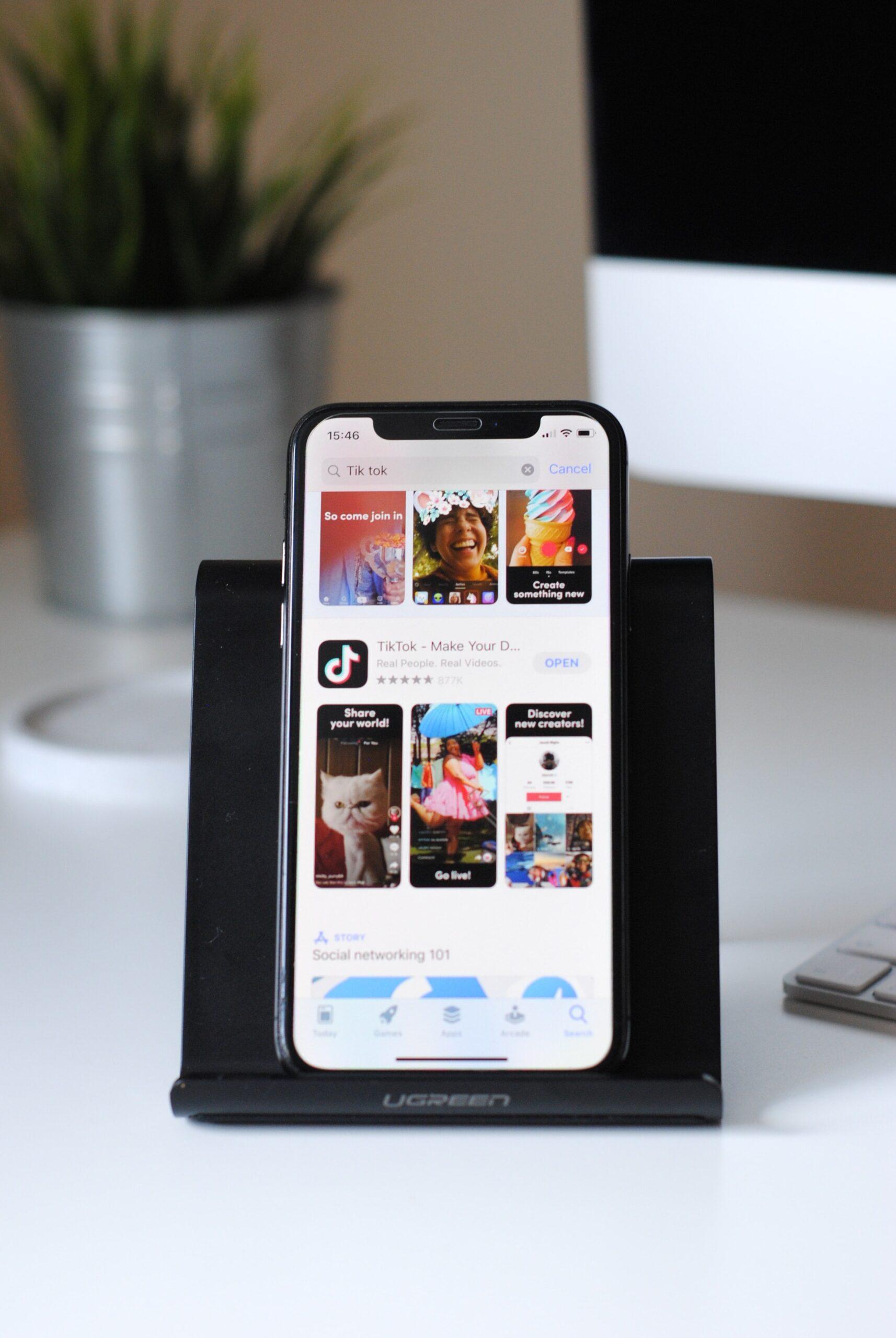 Dock con iPhone y tendencias de Tik Tok=