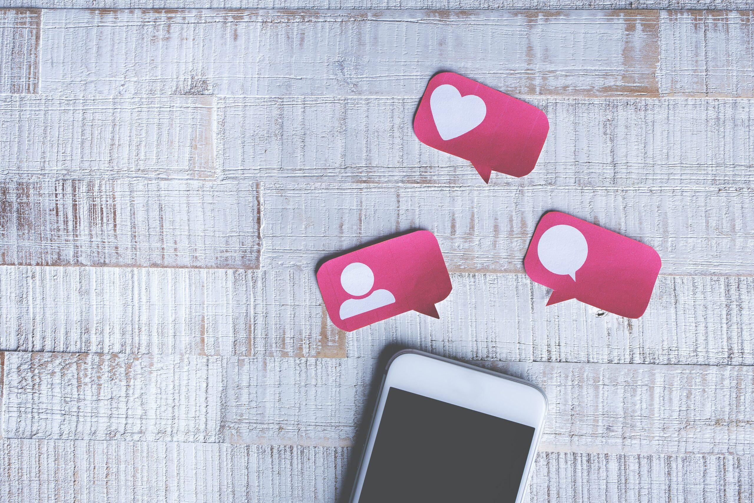 Móvil con íconos de interacción de Instagram