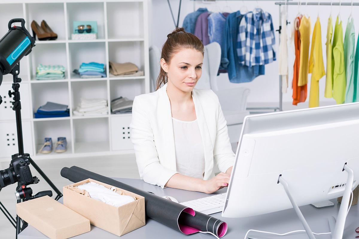 Dueña de tienda en línea usando Instagram Shopping