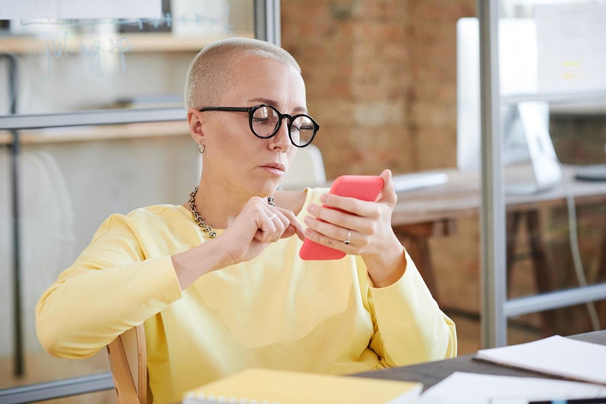 Mujer de negocios viendo su móvil