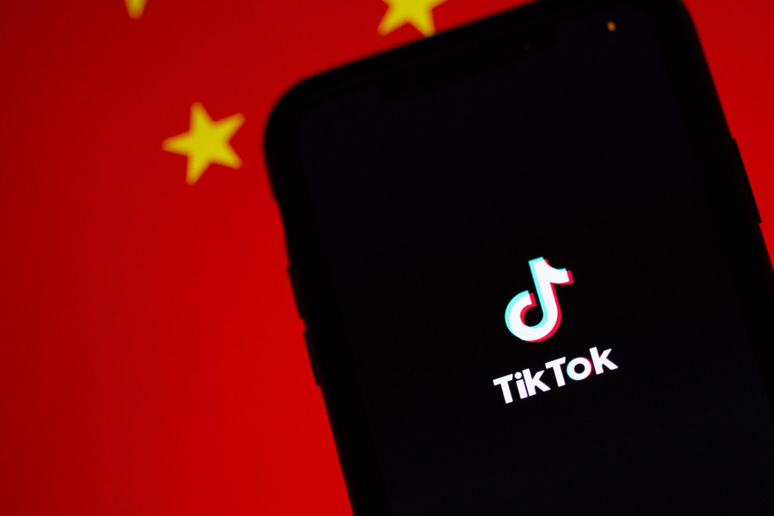 Móvil con Tik Tok y bandera China