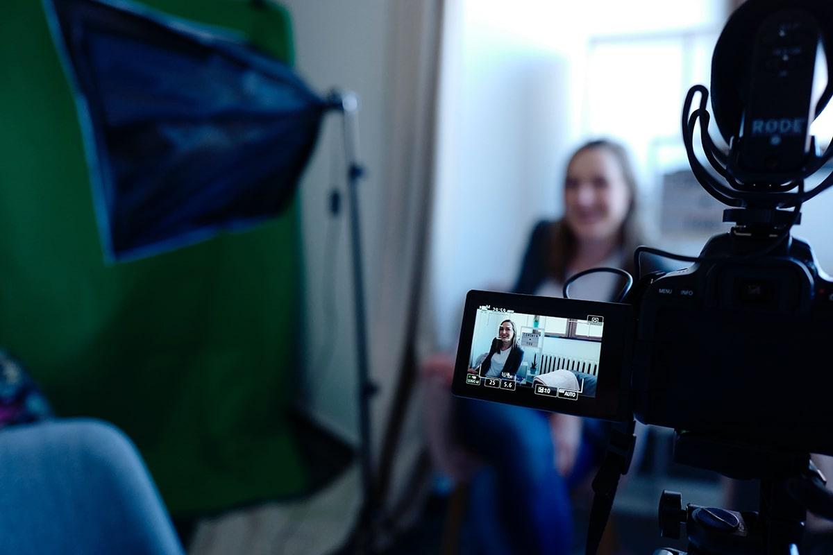 Tras cámaras de chica grabando vídeo para YouTube