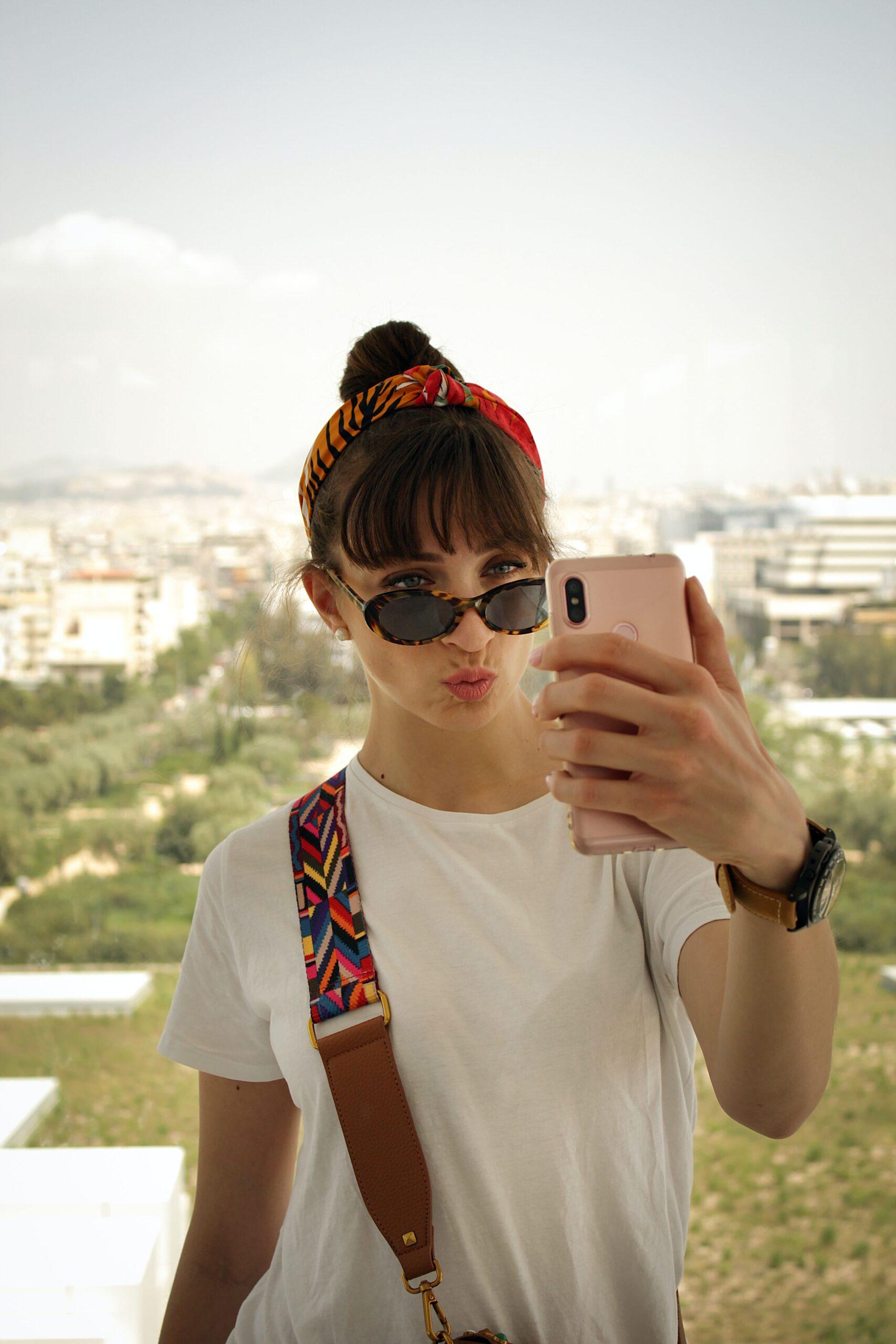 Chica haciendo duckface mientras toma selfie
