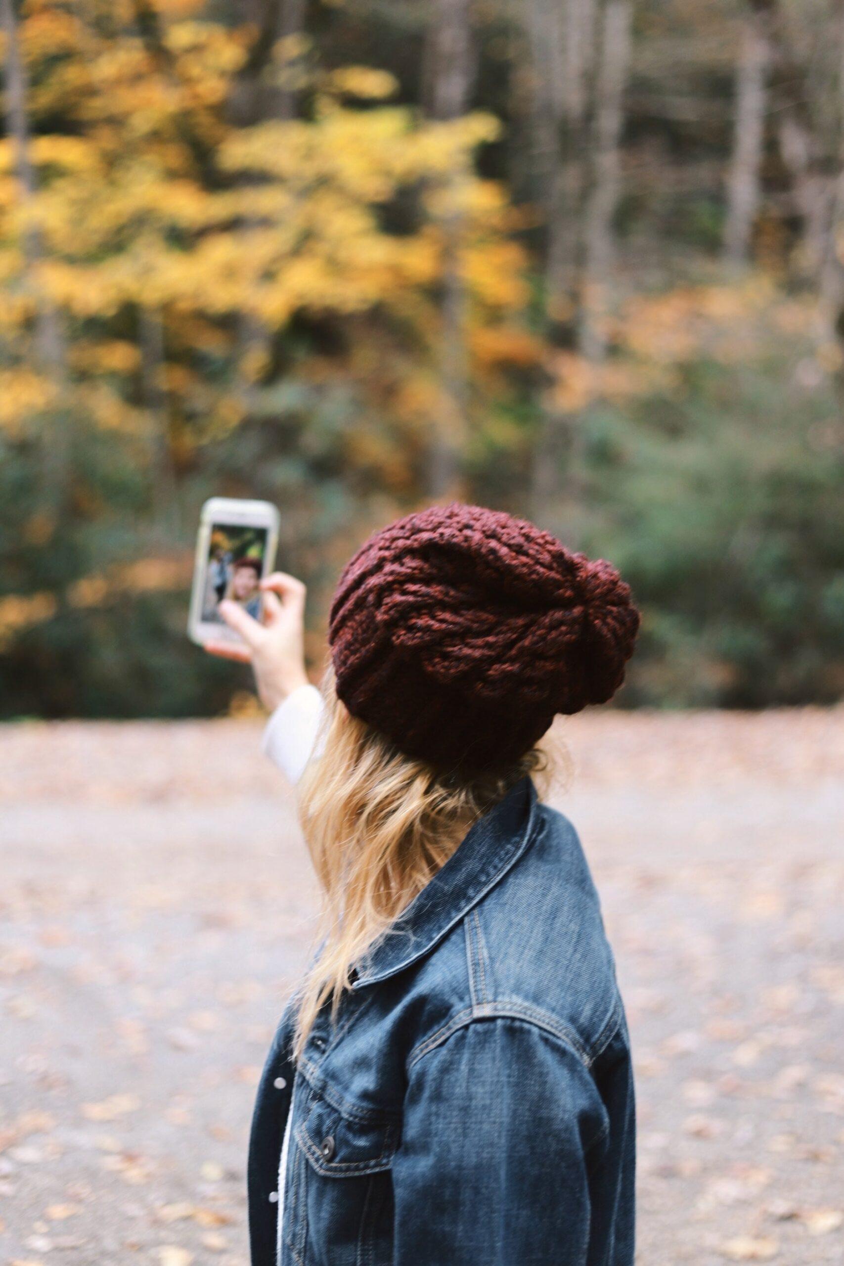 Chica tomando selfie con su móvil