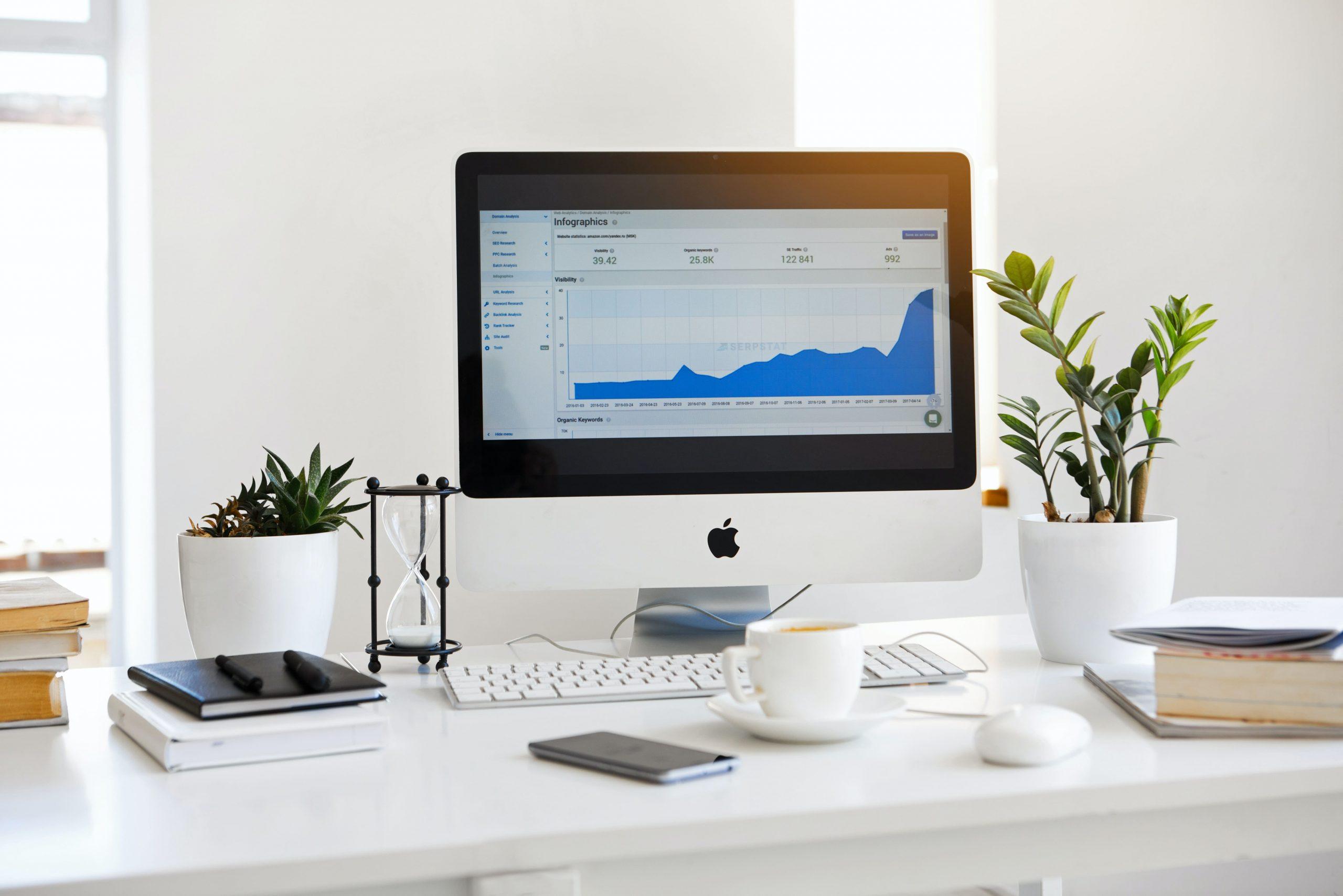Ordenador Mac con estadísticas de redes sociales