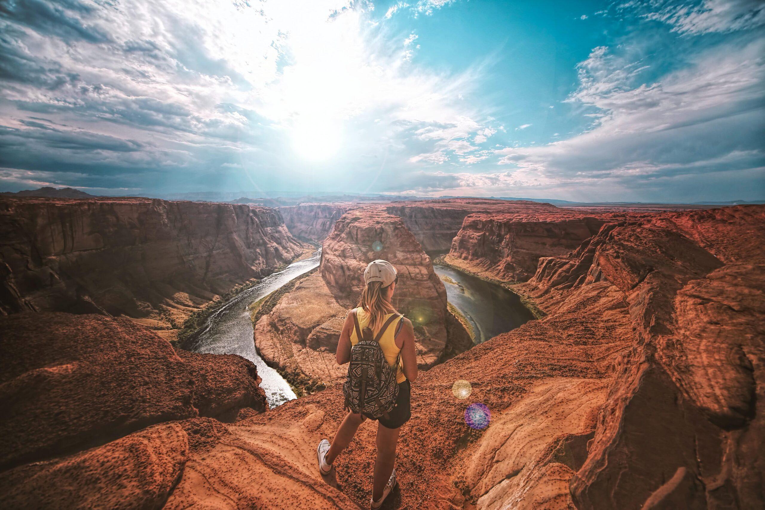Chica viendo paisaje mientras posa para foto de Instagram