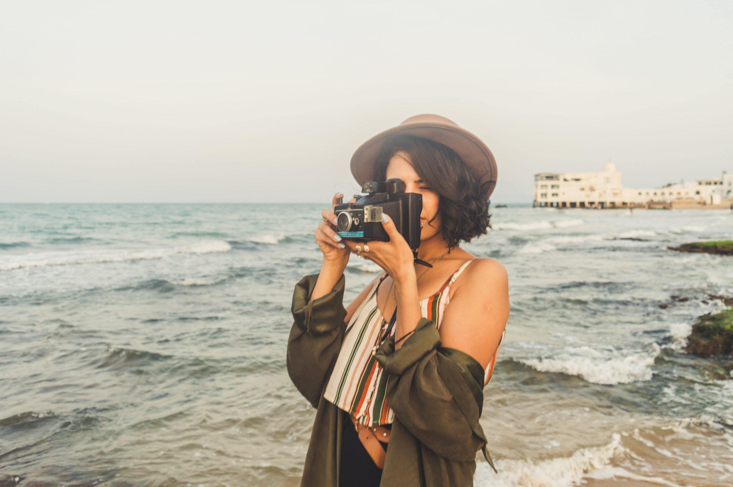 Chica tomando foto en la plata para ser famoso en Instagram