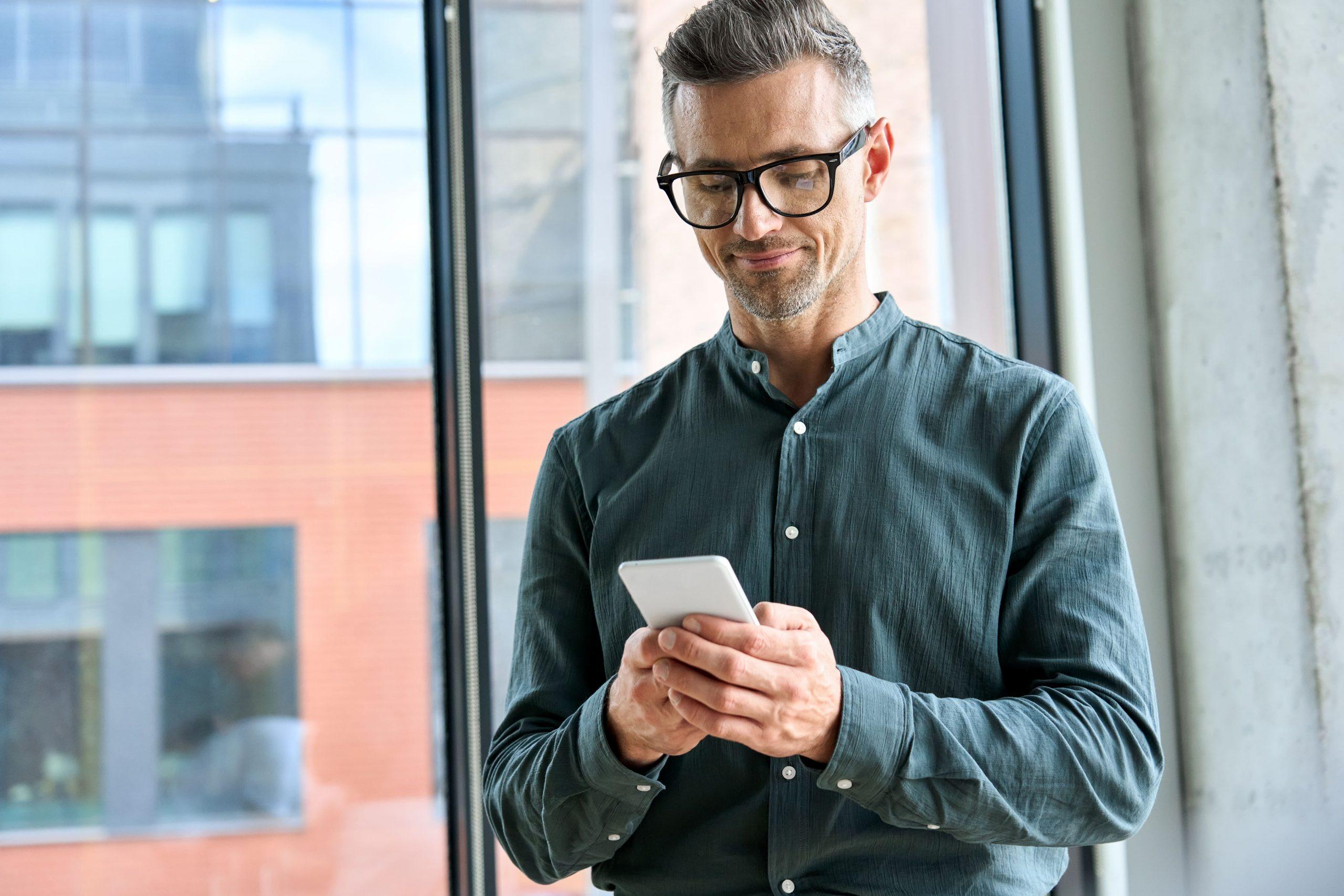Hombre usa redes sociales para su negocio